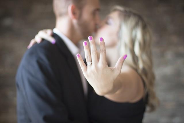 Anello di fidanzamento: le regole del galateo