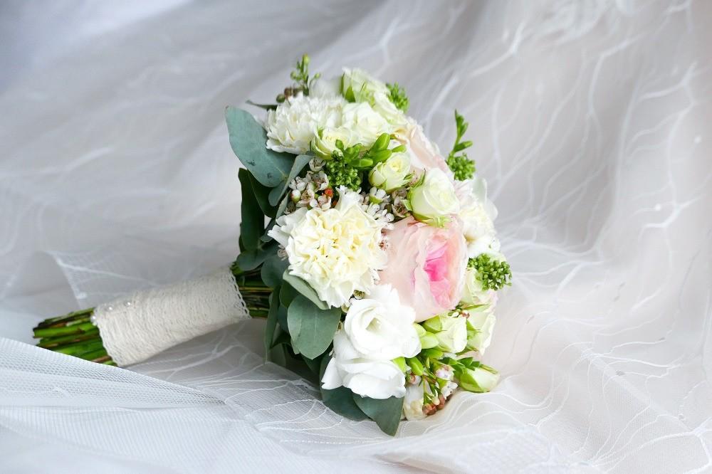 Come abbinare il bouquet all'abito da sposa