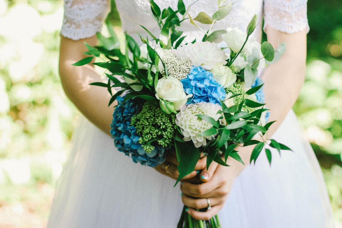 Come aggiungere qualcosa di blu all'abito da sposa